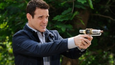 Warehouse 13 S4x10 - Eddie McClintock with Tesla gun