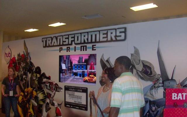 BotCon 2012 Fans admire-cool Transformer Prime items!